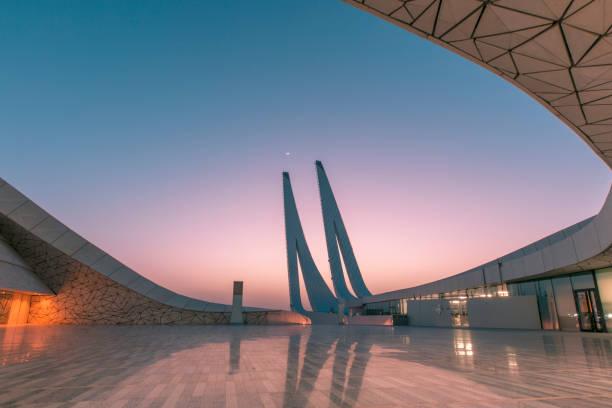 vue de la mosquée de la fondation du qatar à doha au qatar - qatar photos et images de collection