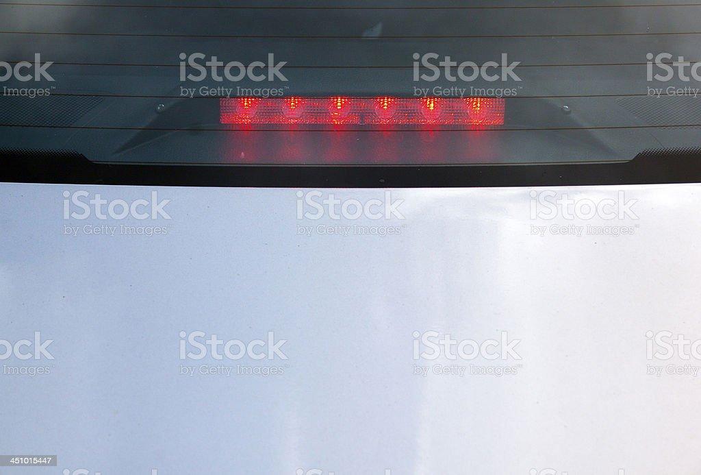 Blick auf rote LED Ampel auf der Windschutzscheibe – Foto