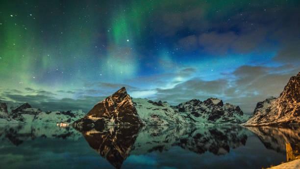 vy över reine på lofoten med aurora borealis - norrbotten bildbanksfoton och bilder