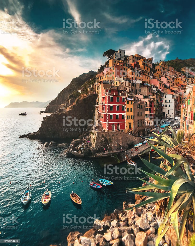 view of Riomaggiore at the cinque terre - foto stock