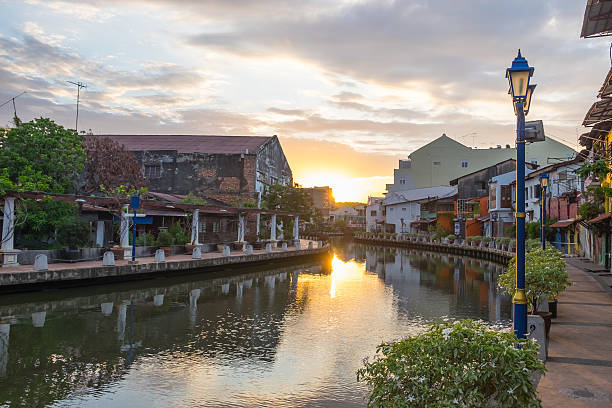 view of river, house and riverwalk with sunrise in malacca - malakka staat stockfoto's en -beelden