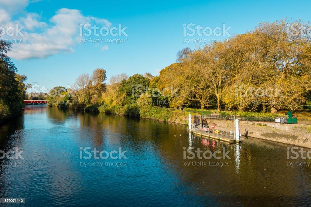 Blick auf Fluss Taff und Cardiff Bute Park im Herbst – Foto