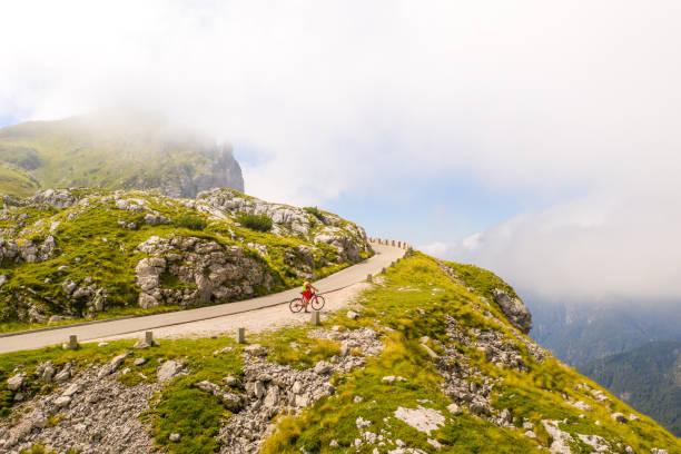 Blick auf die Straße in den Bergen – Foto