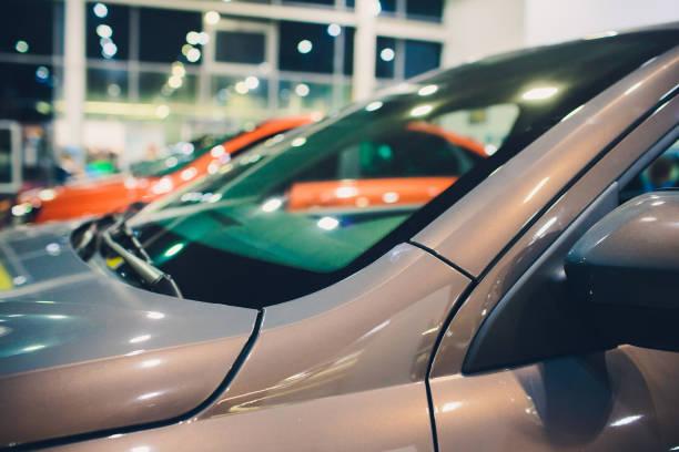 Blick auf Zeile Neuwagen im neuen Auto-Showroom. – Foto