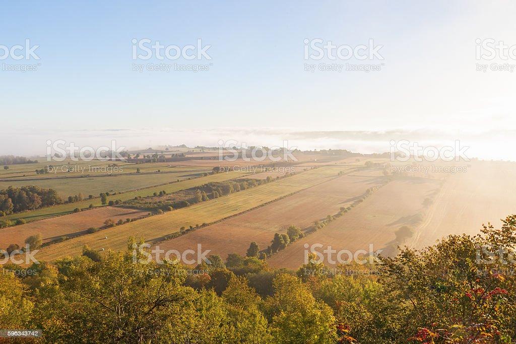 Blick auf die ländliche Landschaft im Nebel am Morgen Lizenzfreies stock-foto