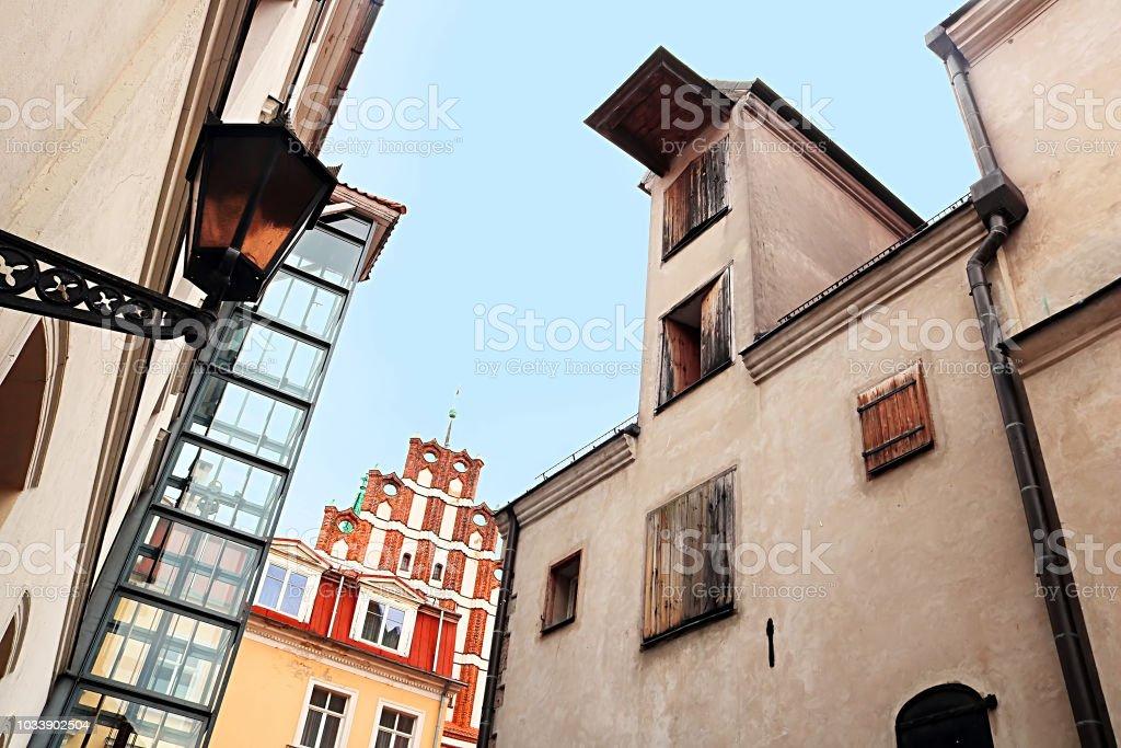 Vista de igreja (vermelho bulding) velho edifício industrial são João (à esquerda), Riga, Letónia - foto de acervo