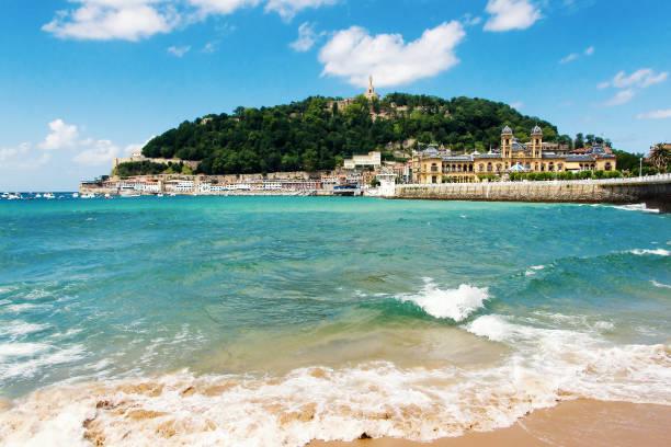 ansicht des sandigen strand von san sebastian (donostia), spanien in einem lovelyl sommertag. san sebastian ist eines der bekanntesten touristischen destinationen in spanien - san sebastian donostia stock-fotos und bilder