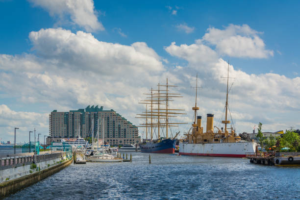 vue des navires et des bâtiments à penns landing, à philadelphie, pennsylvanie - rivière delaware photos et images de collection