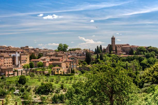 Blick auf Siena mit der Basilika von San Clemente – Foto