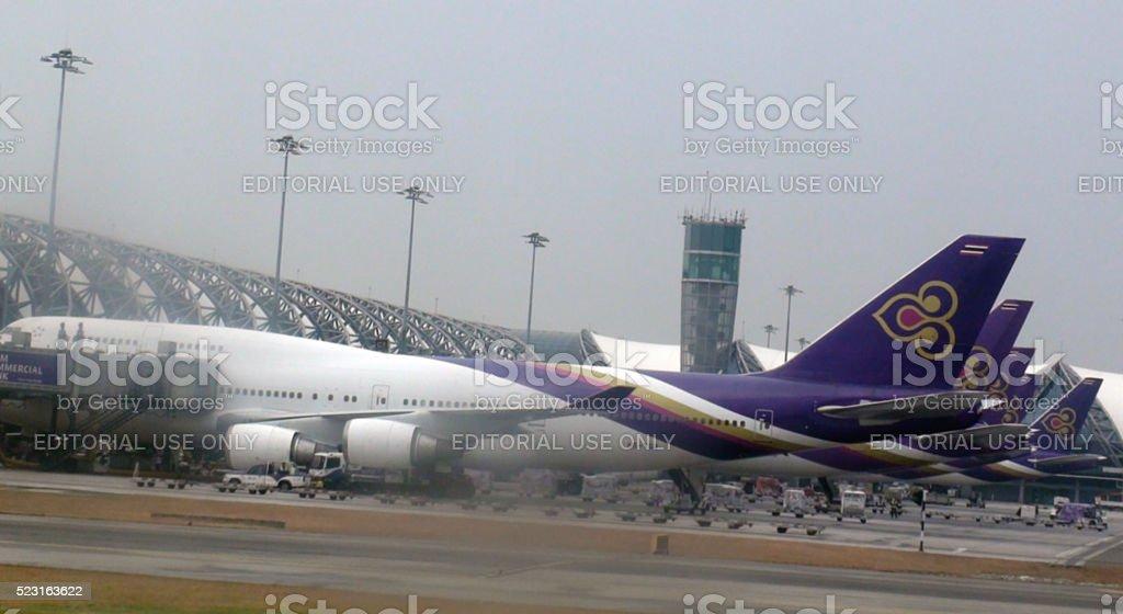 Vista del cielo, Torre de Control, Thai Vías respiratorias avión en Suvarnabhumi. Aeropuerto. Bangkok - foto de stock