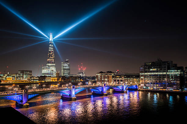 view of southwark bridge and the shard at night - shard london bridge stockfoto's en -beelden