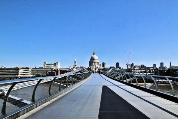 utsikt över st paul's över milennium bridge i london - paul simon bildbanksfoton och bilder