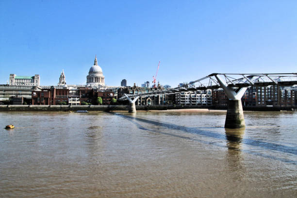 utsikt över st. paul's och millennium bridge över floden thames - paul simon bildbanksfoton och bilder