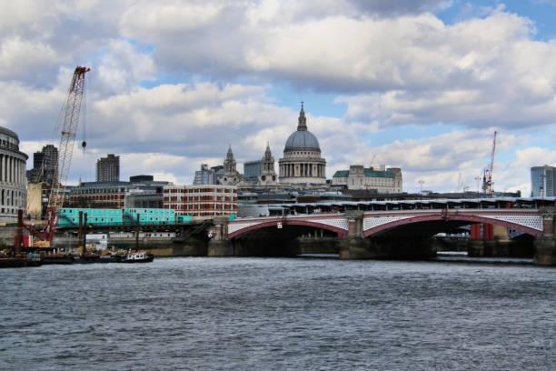 utsikt över st. paul's och southwark bridge över floden thames - paul simon bildbanksfoton och bilder