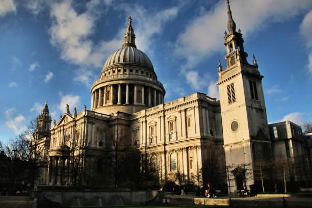 utsikt över st paul's cathedral i london - paul simon bildbanksfoton och bilder