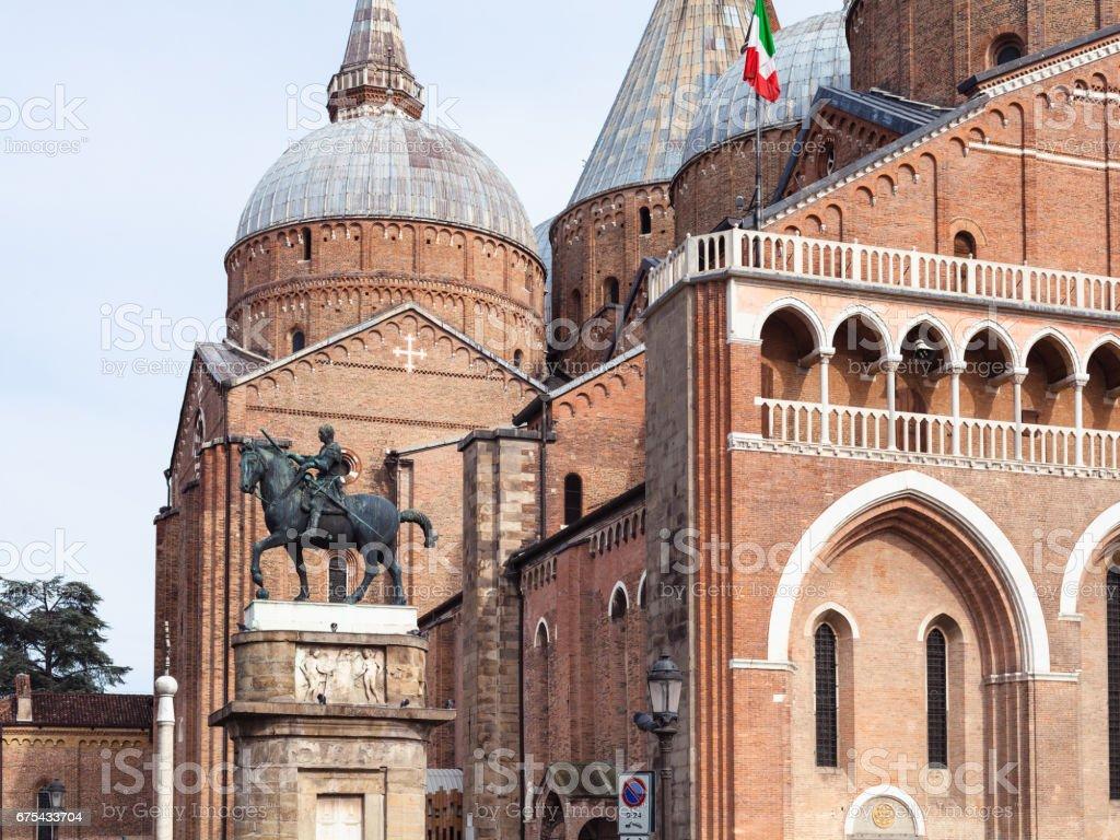 Görünümü Gattamelata heykel ve Basilica royalty-free stock photo