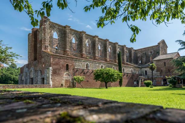 Blick auf die Abtei von San Galgano von der rechten Seite mit einem Teil der rekonstruierten Kreuzgang – Foto