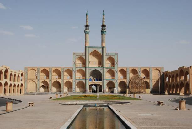 weergave van het amir chakhmaq complex in de oude stad yazd - karavanserai stockfoto's en -beelden