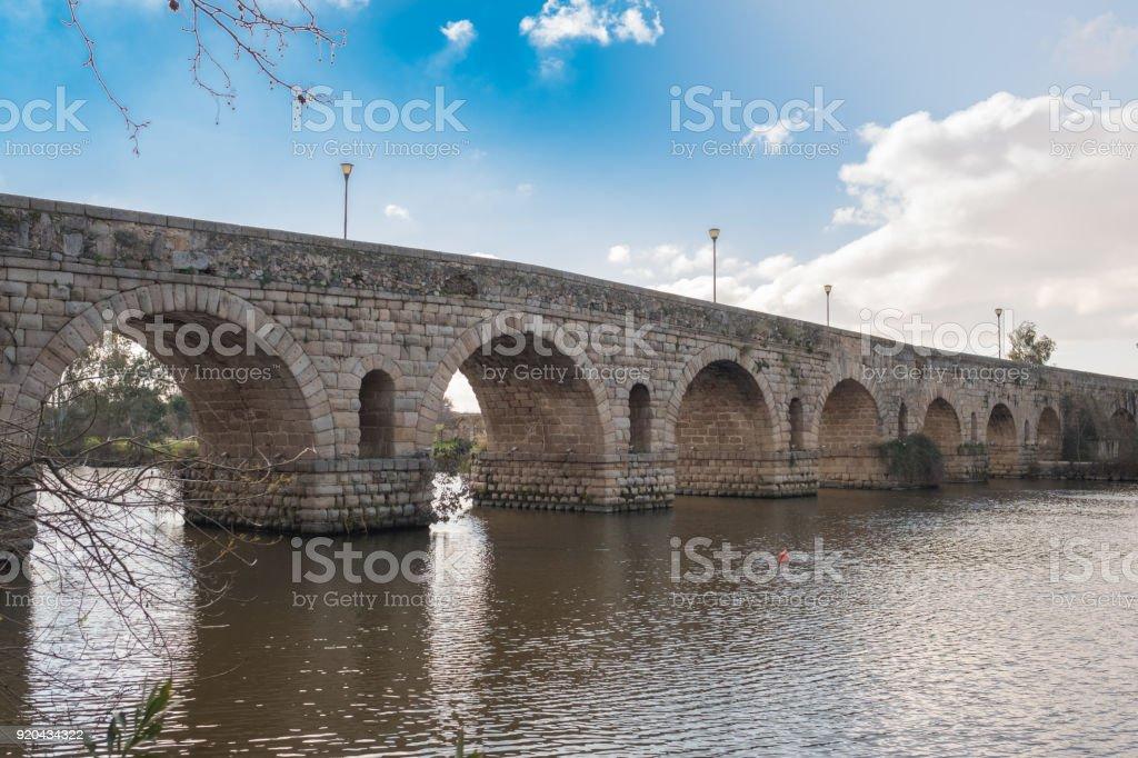 Vista del puente romano antiguo de la ciudad de Mérida, la antigua Emerita Augusta en la época romana - foto de stock