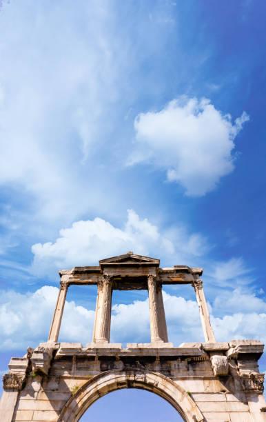 blick auf den hadriansbogen, griechenland, athen - hadrian's wall stock-fotos und bilder