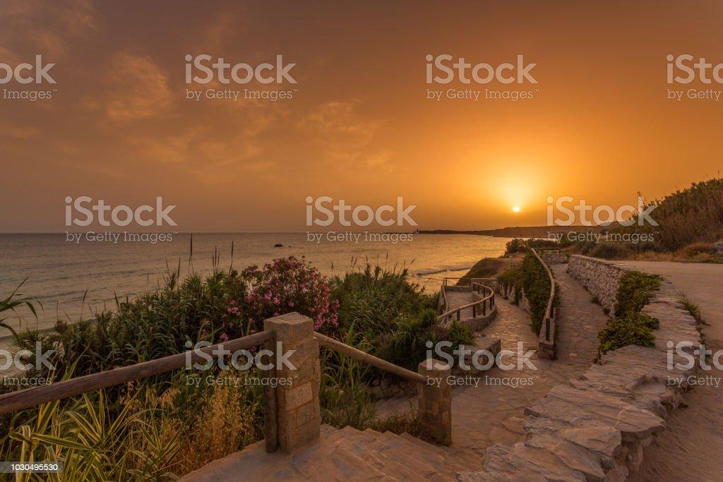 Vista de la playa de Fuente del Gallo con el faro de Cabo Roche en el fondo, en Conil, Andalucia. España - foto de stock