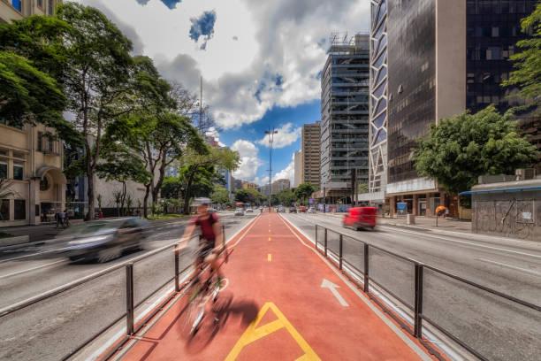 blick auf den radweg auf der avenida paulista são paulo, brasilien - sampa - fahrradwege stock-fotos und bilder