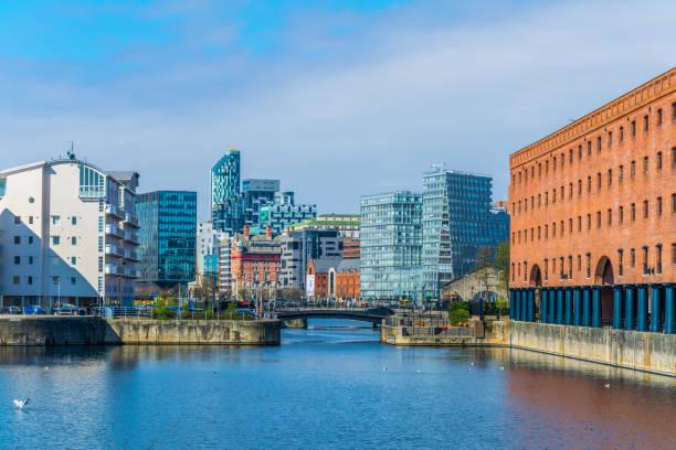 blick auf das geschäft von liverpool durch queens dock, england - kiel stock-fotos und bilder