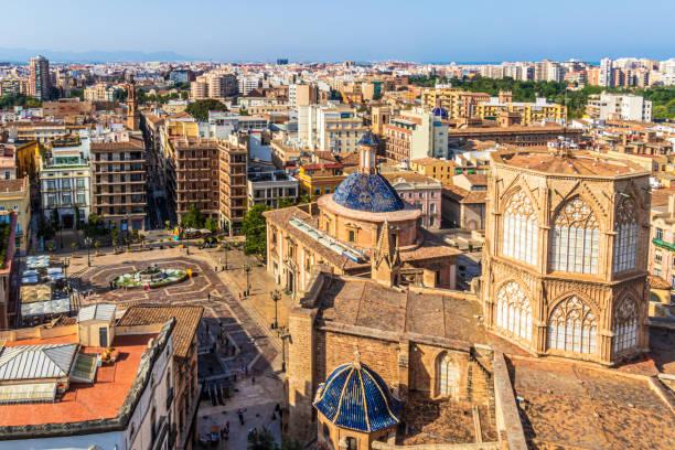 uitzicht op de kathedraal santa maria van valencia, spanje - valencia stockfoto's en -beelden