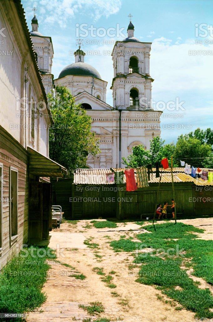 Weergave van de katholieke kerk uit de aangrenzende binnenplaats in Astrachan - Royalty-free Antiek - Toestand Stockfoto