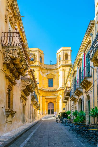 mening van de kerk i sapori del val di noto di andolina carmen in noto, sicilië, italië - noto sicilië stockfoto's en -beelden