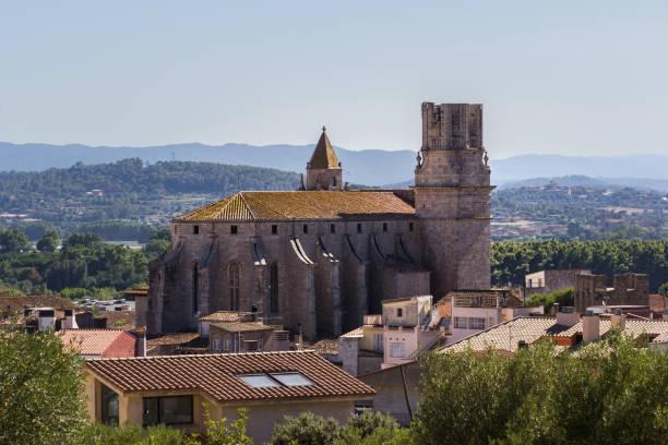 view of the church of torroella de montgrí, spain - jesus and heart zdjęcia i obrazy z banku zdjęć