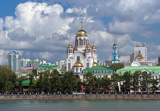 blick auf die kirche auf blut in yekaterinburg, russland - russisch orthodoxe kirche stock-fotos und bilder