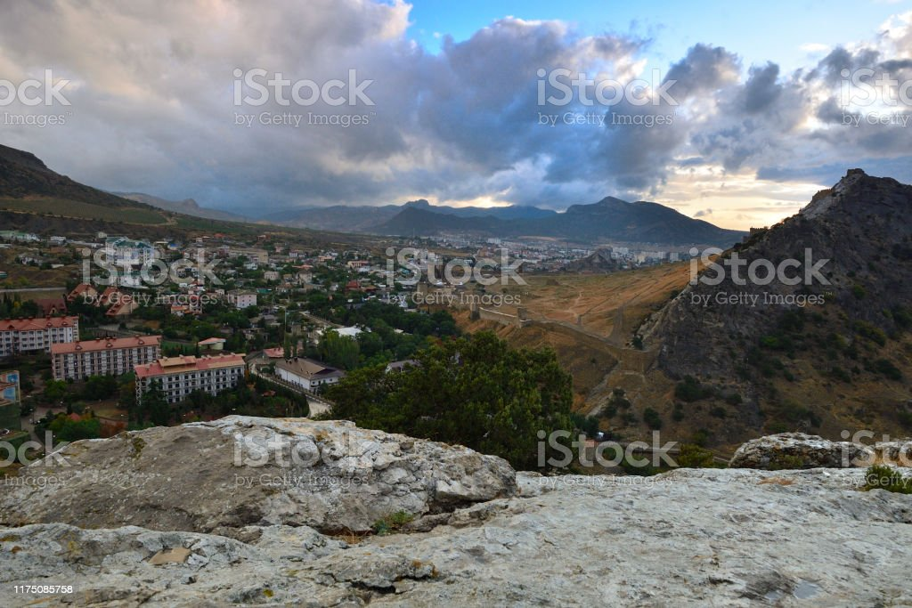 View of the city from the top of the mountain. - Стоковые фото Альпинизм роялти-фри
