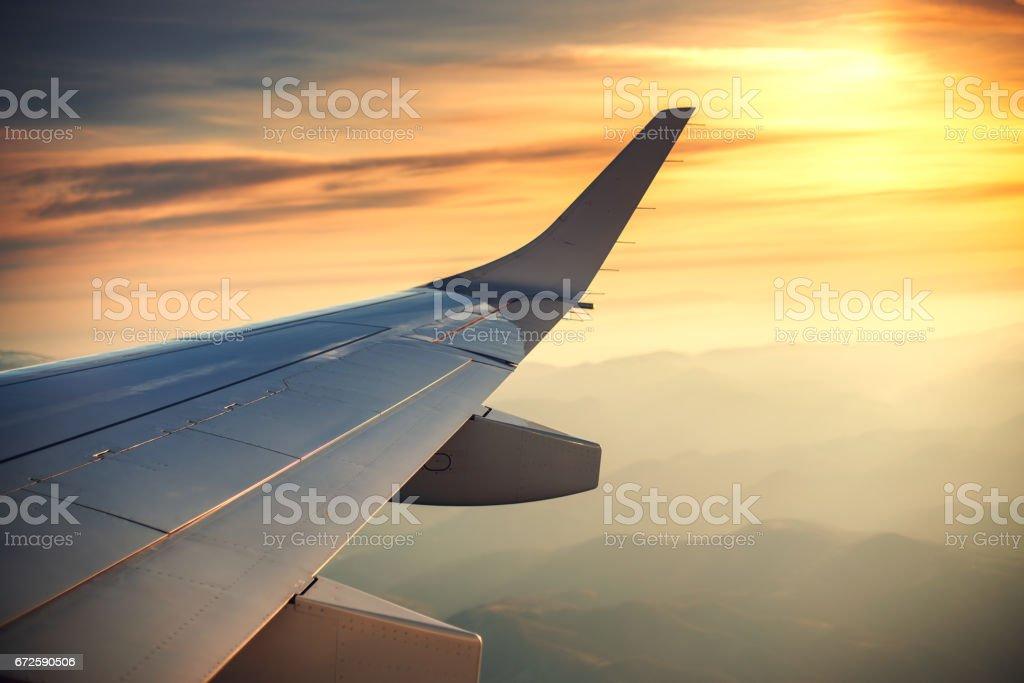 Blick Auf Den Wolken Und Flugzeug Flügel Aus Der Innenseite Stock