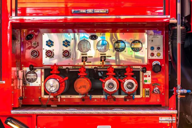 tokyo, japan - 18 augustus, 2018:view van het controlestation van de water druk kleppen van een japanse brandweerwagen. - pics of the redtube stockfoto's en -beelden