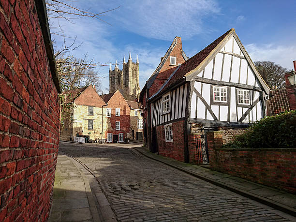 view of 'the crooked house' with lincoln cathedral. - 林肯郡 個照片及圖片檔