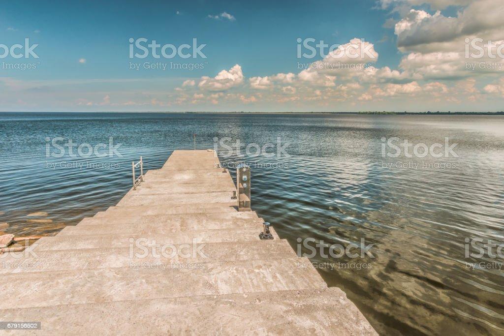Vue sur le fleuve Dniepr depuis l'embarcadère à Mezhyhirie près de Kiev. photo libre de droits
