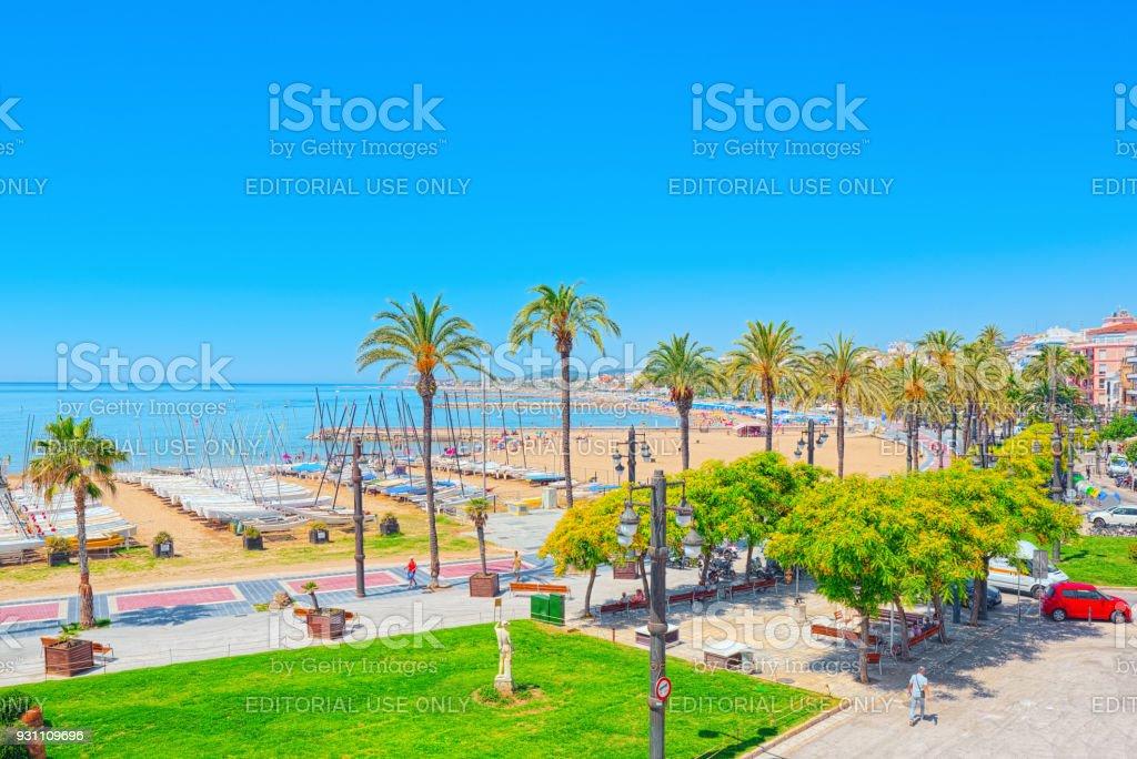 Dolgu ve küçük tesisi kasaba-Sitges Barcelona banliyölerinde sahil alanının görünümünü. - Royalty-free Apartman Stok görsel