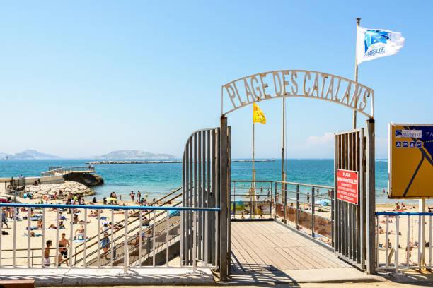 blick auf eingangstor der katalanen beach, dem beliebtesten und frequentierten strand in marseille befindet sich nur 15 minuten zu fuß vom stadtzentrum entfernt. - fliegengittertüre stock-fotos und bilder