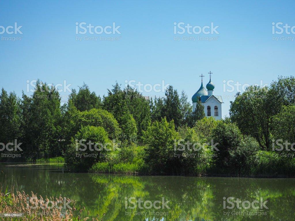 Weergave van de buitenkant van de oude tempel tegen de blauwe hemel. - Royalty-free Antiek - Toestand Stockfoto