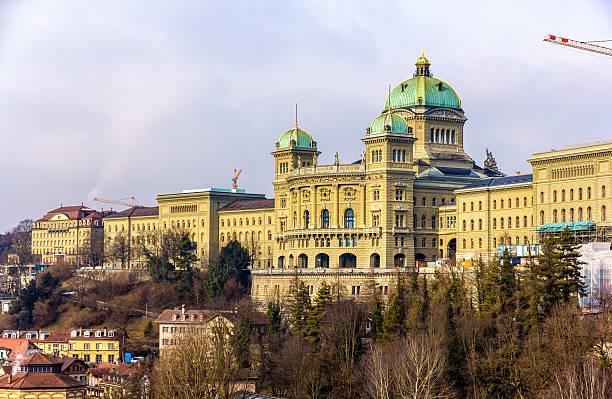 blick auf federal palace of switzerland (bundeshaus) in bern - hotel bern stock-fotos und bilder