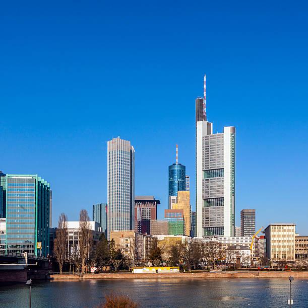 blick auf die skyline von frankfurt, deutschland - main stock-fotos und bilder
