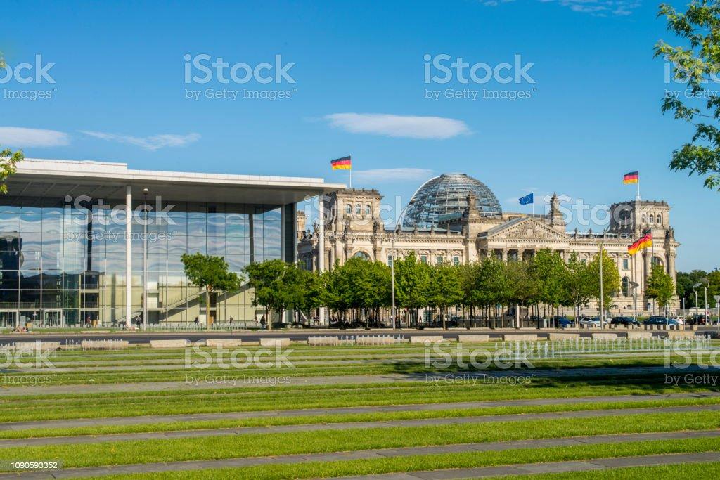 ドイツ総統官邸建物とドイツ ベルリン市でのバックで建物国会議事堂の ...