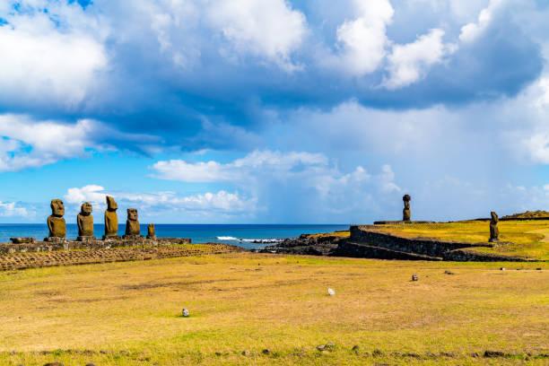 Blick auf die Gruppe der fünf Moai-Statuen Ahu Vai Uri, Ahu Ko Te Riku mit Hut und Ahu Tahai in der archäologischen Stätte Tahai auf der Osterinsel – Foto