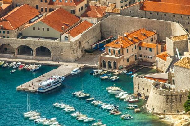 vista del puerto y la vieja ciudad de dubrovnik croacia - antigua yugoslavia fotografías e imágenes de stock