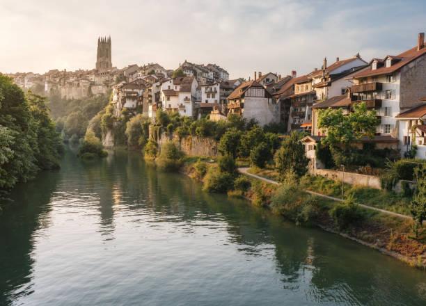 Vue de l'architecture historique et de la rivière Sarine à Fribourg - Suisse - Photo