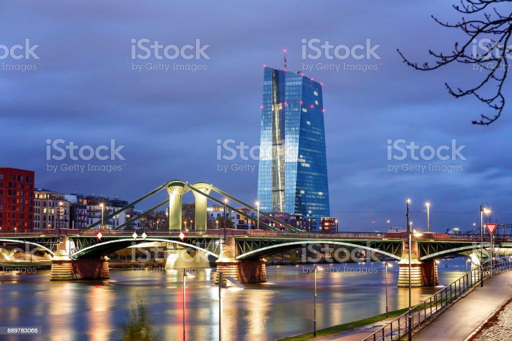 Blick auf die beleuchtete Skyline Frankfurt Am Main mit Flossen Brücke und Europäische Zentralbank in der Abenddämmerung – Foto