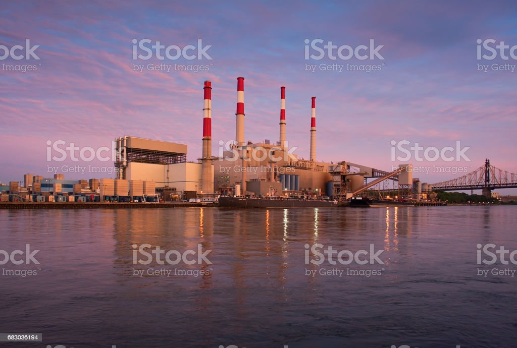 View of the industrial landscape of Long Island City in Queens from Roosevelt Island, NYC foto de stock royalty-free