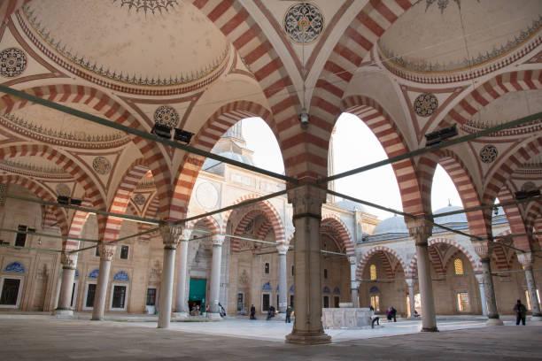blick auf die innenwände der selimiye moschee in edirne - selimiye moschee stock-fotos und bilder