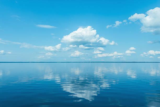widok na jezioro. - staw woda stojąca zdjęcia i obrazy z banku zdjęć